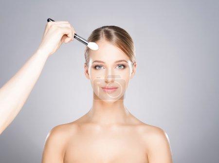 Photo pour Belle fille est appliquée avec des cosmétiques . - image libre de droit