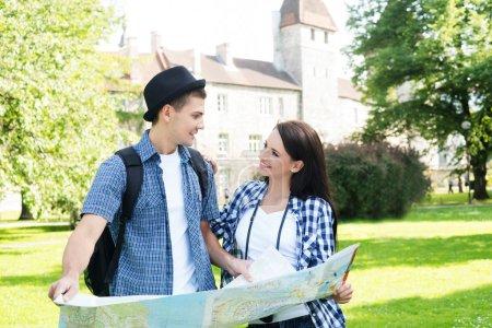 Photo pour Couple voyageur à la recherche de sa prochaine destination avec une carte - image libre de droit