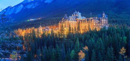 Photo pour Le Fairmont Banff Springs Hotel la nuit . - image libre de droit