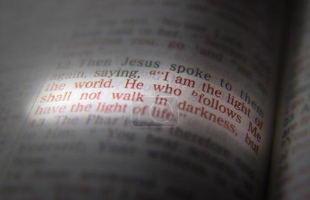 Photo pour Je suis la lumière du monde. Celui qui Me suit ne doit pas marcher dans les ténèbres, mais a la lumière de la vie - image libre de droit