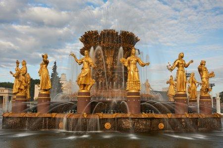 Photo pour Fontaine «L'amitié des peuples» au Centre des expositions. Sculpture dans une fontaine de l'amitié des peuples, Vdnh (Vvc), Moscou, Russie - image libre de droit