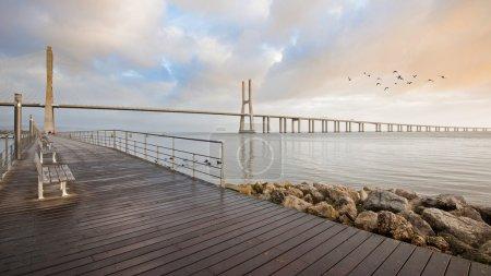 Photo pour Promenade devant le pont Vasco da Gama. C'est le pont le plus long d'Europe (y compris les viaducs), avec une longueur totale de 17,2 km ). - image libre de droit