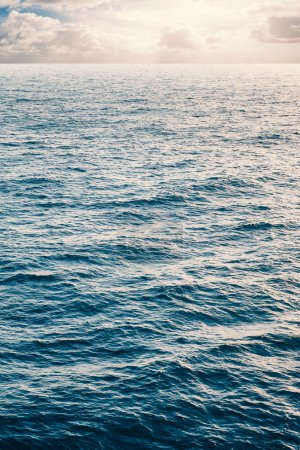 Photo pour Peaceful image of calm sea and cloudy sky in the background. - image libre de droit