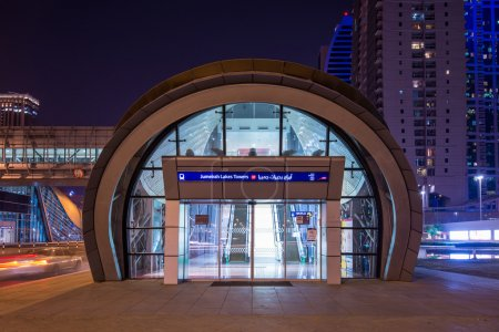 Photo pour DUBAI, UAE - MARCH 27, 2014: Jumeirah Lakes Tower metro station entrance at night. The JLT is a large development which consists of 79 towers being constructed along the edges of 4 artificial lakes. - image libre de droit