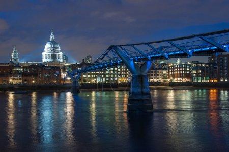 Photo pour Pont du Millénaire et cathédrale St Paul au crépuscule . - image libre de droit