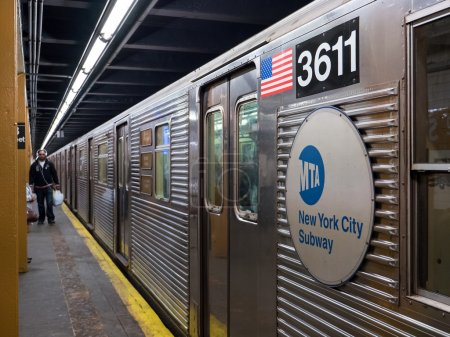 Photo pour New York, mai 2015. Chariot de métro sur la plate-forme. Le métro de New York est l'un des systèmes de transport public les plus anciens et les plus étendus au monde, avec 468 stations. - image libre de droit
