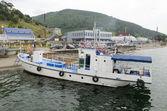 Loď na molu v Listvyanka vesnici. jezero Bajkal