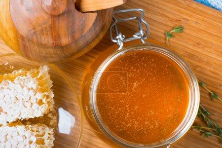 Photo pour Miel en pot de verre et cire de nid d'abeilles - image libre de droit