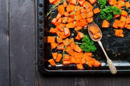 Photo pour Potiron cuit au four avec des herbes. Garniture végétarienne, gros plan - image libre de droit