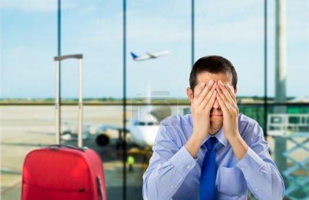 Photo pour Homme d'affaires qui a retardé le vol dans un aéroport de pleurer - image libre de droit