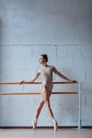 Photo pour Jeune belle ballerine qui s'échauffe en cours de ballet - image libre de droit