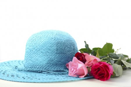 Photo pour Ladies sun hat and roses on a white wood table for International Womens Day, March 8. - image libre de droit