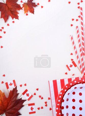 Photo pour Fond de table Canada Party avec plaques rouges et blanches, drapeaux canadiens et décorations de feuilles d'érable . - image libre de droit