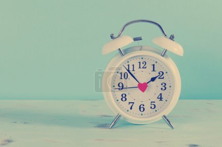 Photo pour Rétro style vintage classique blanc réveil sur fond bleu vintage pour l'heure d'été ou concept d'heure . - image libre de droit