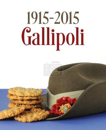 Photo pour Centenaire de l'Australie à Gallipoli, Première Guerre mondiale, avril 1915, hommage avec biscuits ANZAC, chapeau de camp de l'armée et exemple de texte . - image libre de droit