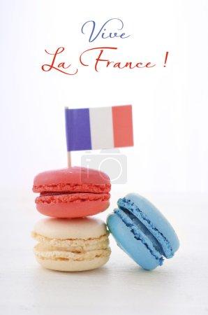 Photo pour Happy Bastille Day macarons rouges, blancs et bleus avec Français drapeau sur table en bois blanc avec Vive La France texte échantillon. - image libre de droit