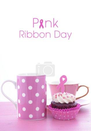 Photo pour Organisez un événement pour la Journée du ruban rose pour sensibiliser les femmes au cancer du sein avec des cupcakes en velours rose et rouge, avec du café et du thé . - image libre de droit