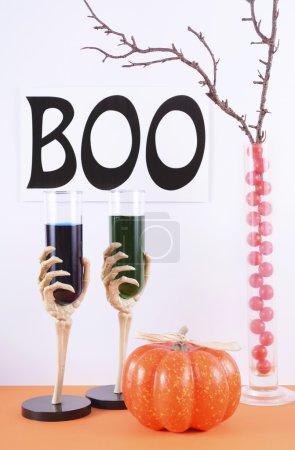 Photo pour Joyeux Halloween moderne orange et blanc table de fête avec des décorations et signe Boo . - image libre de droit
