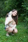 Dívka s štěně