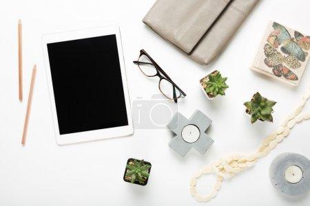 Tablette vierge plate posée avec des objets de bureau