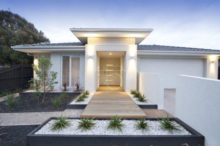 Photo pour Façade et entrée dans une maison blanche contemporaine en Australie - image libre de droit