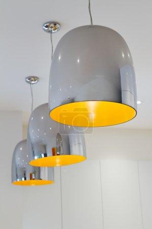 Photo pour Trois chrome et jaune contemporain cuisine pendentif éclairage de travail - image libre de droit