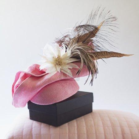 Rosa moda razas sombrero con flor y plumas