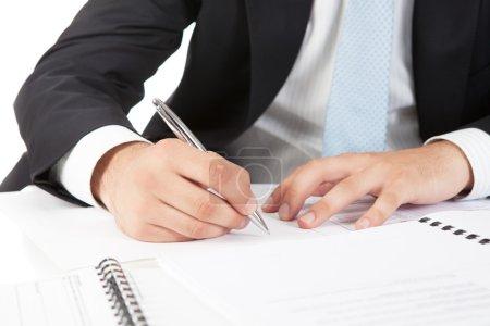 Photo pour Homme d'affaires mains pointant au document d'entreprise. Closeup. - image libre de droit