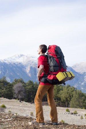 Photo pour Randonneurs avec sacs à dos profitant d'une vue sur la vallée depuis le sommet d'une montagne - image libre de droit
