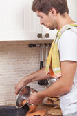 Muž v kuchyni