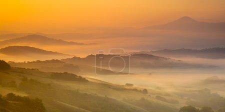 Lever du soleil de collines toscanes
