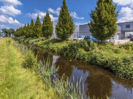 Photo pour Canal de drainage excessif des eaux de pluie dans une zone industrielle néerlandaise à Soest, Pays-Bas - image libre de droit
