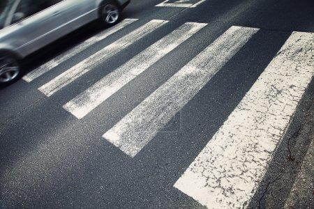 Photo pour Passage pour piétons de danger. Flou de mouvement visualizies la vitesse et la dynamique de la voiture. - image libre de droit