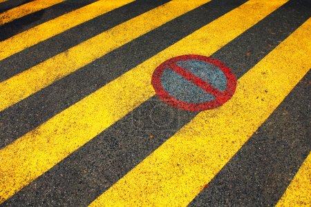 Photo pour Aucune zone de stationnement ne signe sur le plancher de l'asphalte de la rue. - image libre de droit