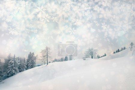 Photo pour Snowy hiver paysage avec des arbres forestiers et ajouté des flocons de neige floues avec éclat. - image libre de droit