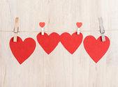 Čtyři červené srdce na laně