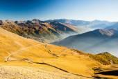 Malebná horská silnice při západu slunce