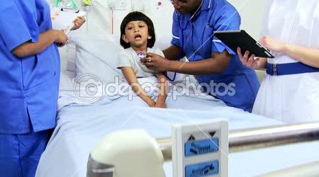 Multietnické ošetřovatelského personálu nahrávání dítě léčbu pacientů