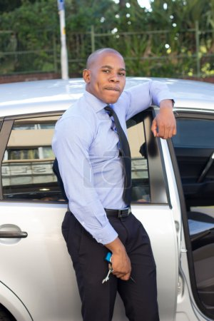 Photo pour Jeune Afro-Américain excité par sa voiture - image libre de droit