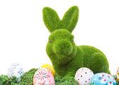 Velikonoční zajíček s vejce na trávě