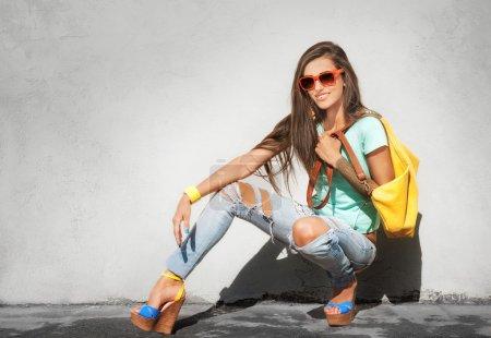 Photo pour Belle fille élégante avec sac à main jaune sur fond gris - image libre de droit