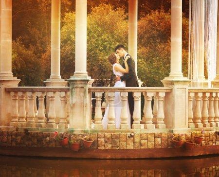 Photo pour Charmant couple dans Gazebo le jour du mariage - image libre de droit