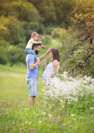 Photo pour Héhé enceinte s'amuser dans la nature de l'été - image libre de droit