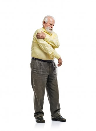 Photo pour Vieil homme barbu ayant des douleurs à l'épaule isolées sur fond blanc - image libre de droit