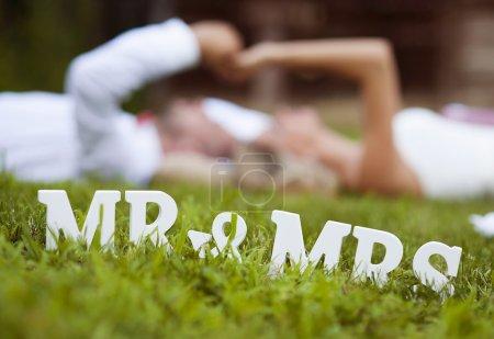 Mariée et marié couchés sur l'herbe