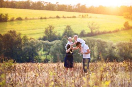 Photo pour Héhé, profiter de la vie ensemble au pré en plein air. - image libre de droit