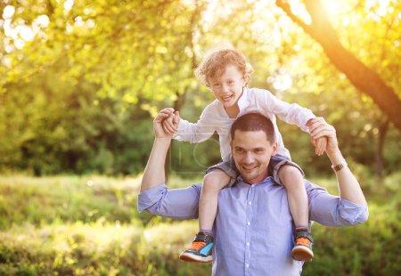 Photo pour Petit garçon et papa profiter de leur temps ensemble dehors dans la nature - image libre de droit