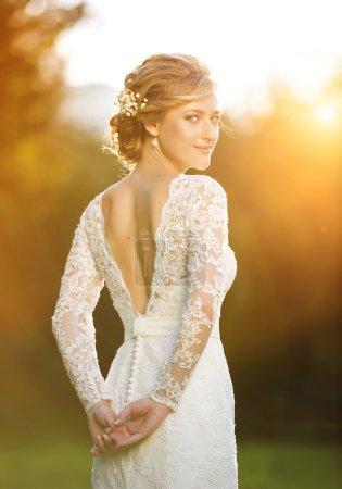 schöne Braut bei Sonnenuntergang