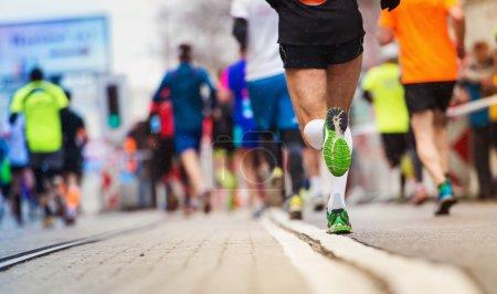 Photo pour Jeunes coureurs méconnaissables à la course de ville - image libre de droit