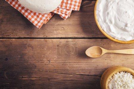 Photo pour Variété de produits laitiers posés sur un fond de table en bois - image libre de droit